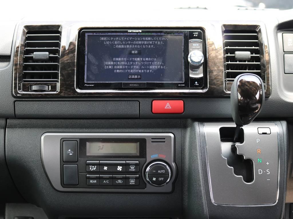 シフトノブ、ステアリング、ドア内張り部、ナビ廻りのインパネはマホガニー調で統一されております! | トヨタ ハイエースバン 2.8 スーパーGL ダークプライムⅡ ロングボディ ディーゼルターボ 4WD Ver.4 DPⅡ