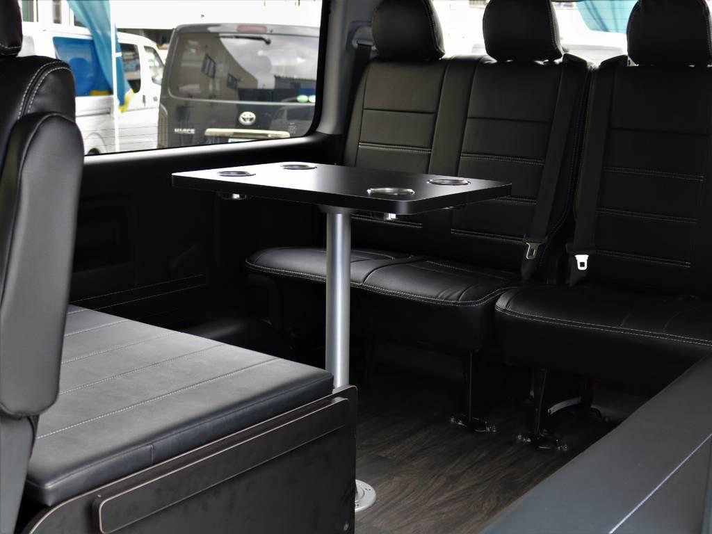 大人気のR1仕様のリアテーブルです!さながらリムジン風なドライブをお過ごし頂けます♪