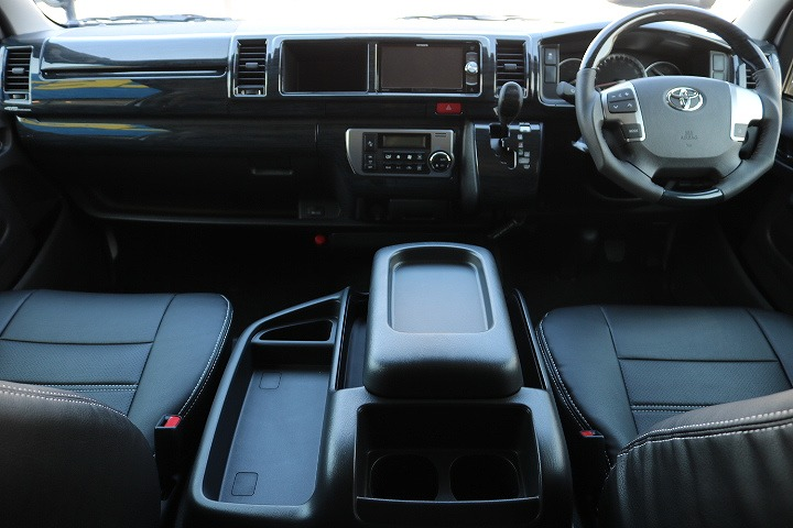 ブラック主体のインタリアパネル黒木目パネル、コンビハンドル、シフトノブ   トヨタ ハイエース 2.7 GL ロング ミドルルーフ 4WD TSS付