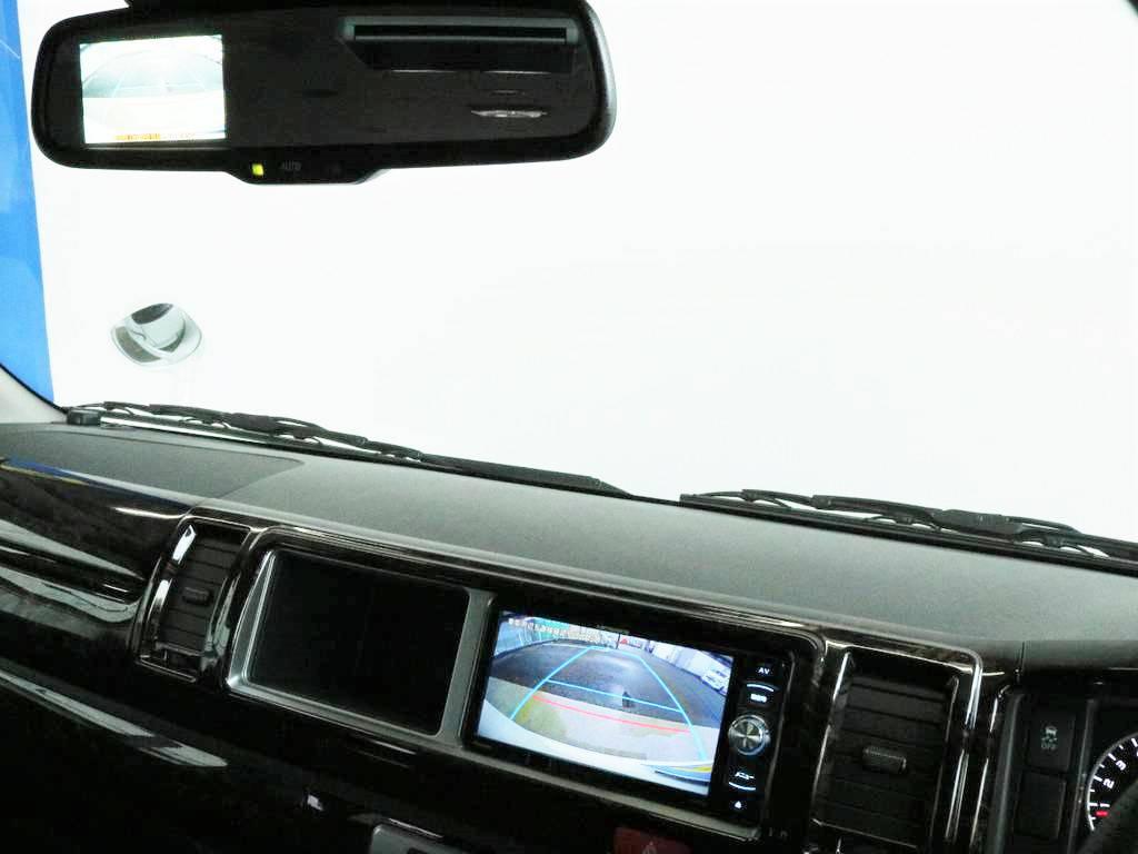 メーカーオプションのバックカメラ付自動防眩ミラー搭載!!車体が大きいハイエースの駐車もご安心ください!!
