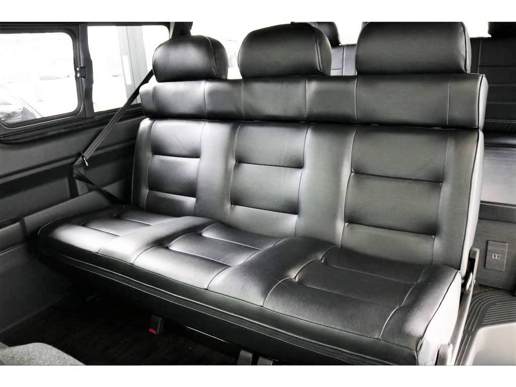 二列目は三人掛けのシートにカスタムしてあります。こちらのシート、フルフラットに倒すことも可能です!! | トヨタ ハイエース 2.7 GL ロング ミドルルーフ 4WD アレンジVer2