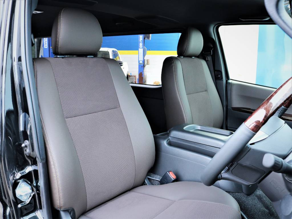 運転席シート、専用ハーフレザーシート! | トヨタ ハイエースバン 2.8 スーパーGL 50TH アニバーサリー リミテッド ロングボディ ディーゼルターボ 50TH
