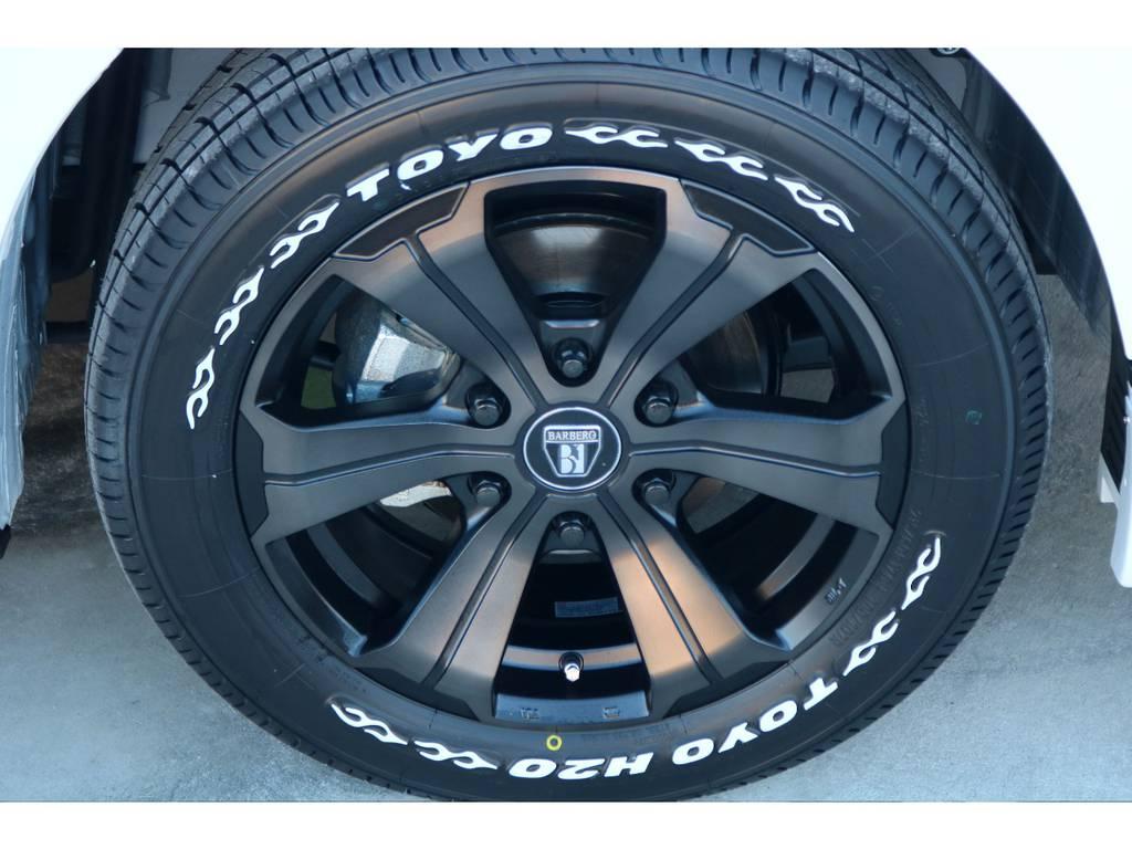 足元にはFLEXオリジナルカラー バルベロUG 17インチアルミにナスカー TOYO H20タイヤをチョイス!! | トヨタ ハイエースバン 2.8 スーパーGL 50TH アニバーサリー リミテッド ロングボディ ディーゼルターボ 4WD 50TH