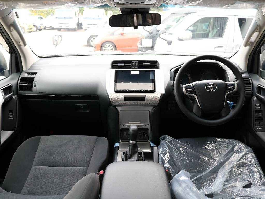 広々したインパネに大きなFガラスで運転視界もグッド!   トヨタ ランドクルーザープラド 2.8 TX ディーゼルターボ 4WD 7人 新車未登録車 9インチナビ