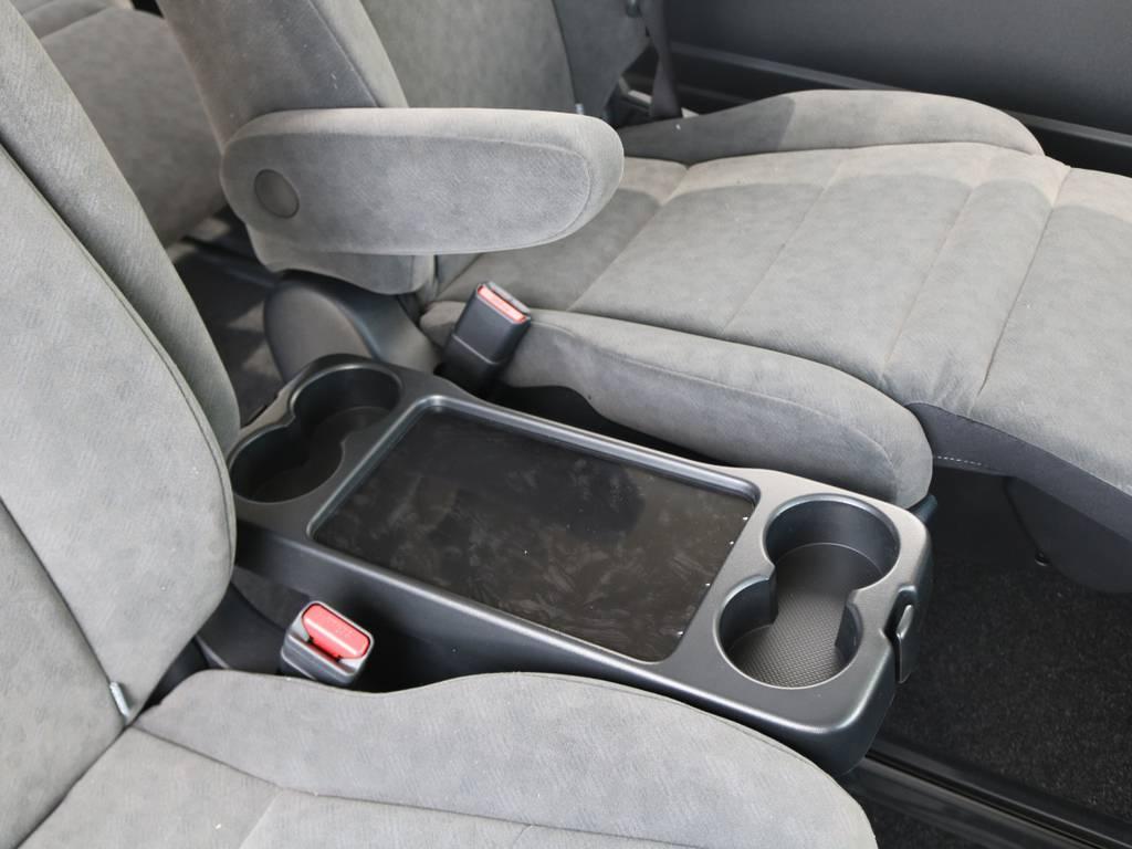 セカンドシート間はテーブル&ドリンクホルダー付き♪ | トヨタ ハイエース 2.7 GL ロング ファインテックツアラー 4脚キャプテンシート 両側自動ドア