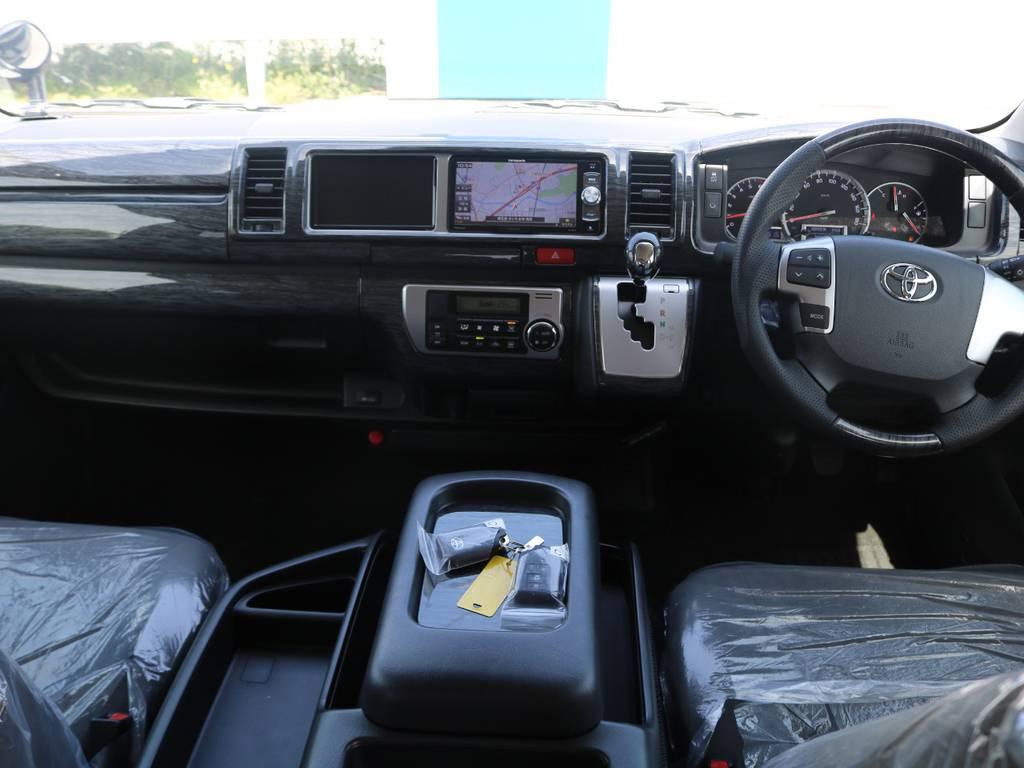 黒木目調インテリアで統一された上質な室内空間♪ | トヨタ ハイエース 2.7 GL ロング ファインテックツアラー 4WD 4脚キャプテンシート 床張り
