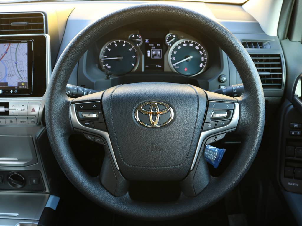 ステアリングにはスイッチ類もインストールされドライブ時のストレスや危険性を軽減☆オプティトロンメーターも非常に見易く運転が非常に楽しくなりますね♪ | トヨタ ランドクルーザープラド 2.7 TX 4WD 5人 20AW&KO2 9ナビBカメ