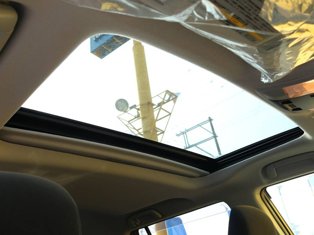 メーカーオプションのサンルーフも装備済み♪チルトアップ・スライド開閉と2段階操作可能です!ドライブには欠かせない装備です♪ | トヨタ ランドクルーザープラド 2.7 TX 4WD 5人 17AW&KO2 9ナビBカメ