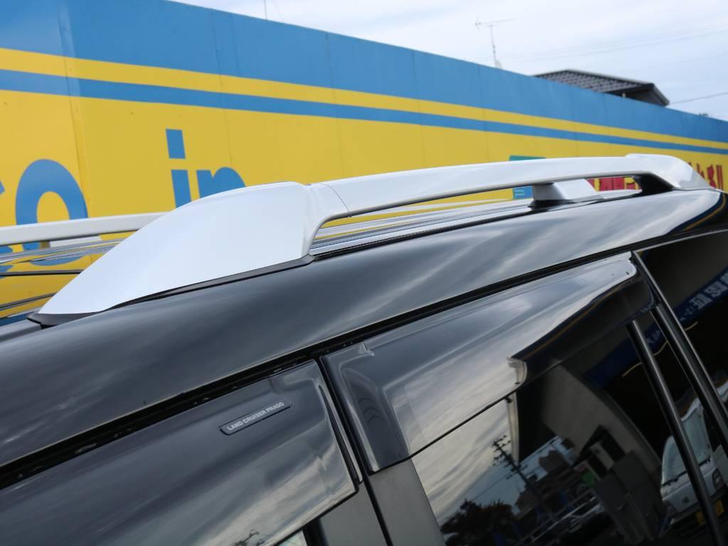オプションのルーフレールも装着!ブラックのボディにシルバーが映え、アイポイントも高くなる実用性を兼ね備えたアイテムです♪ | トヨタ ランドクルーザープラド 2.7 TX 4WD 5人 17AW&KO2 9ナビBカメ