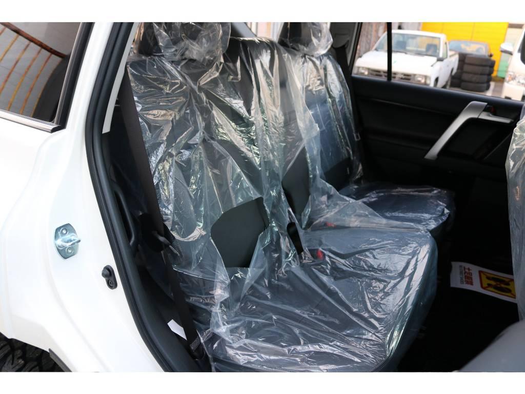 広々したセカンドシート!チャイルドシートもシートベルト固定はもちろんのことISOFIXにも対応! | トヨタ ランドクルーザープラド 2.8 TX Lパッケージ ディーゼルターボ 4WD 7人 新車未登録車 9インチUP