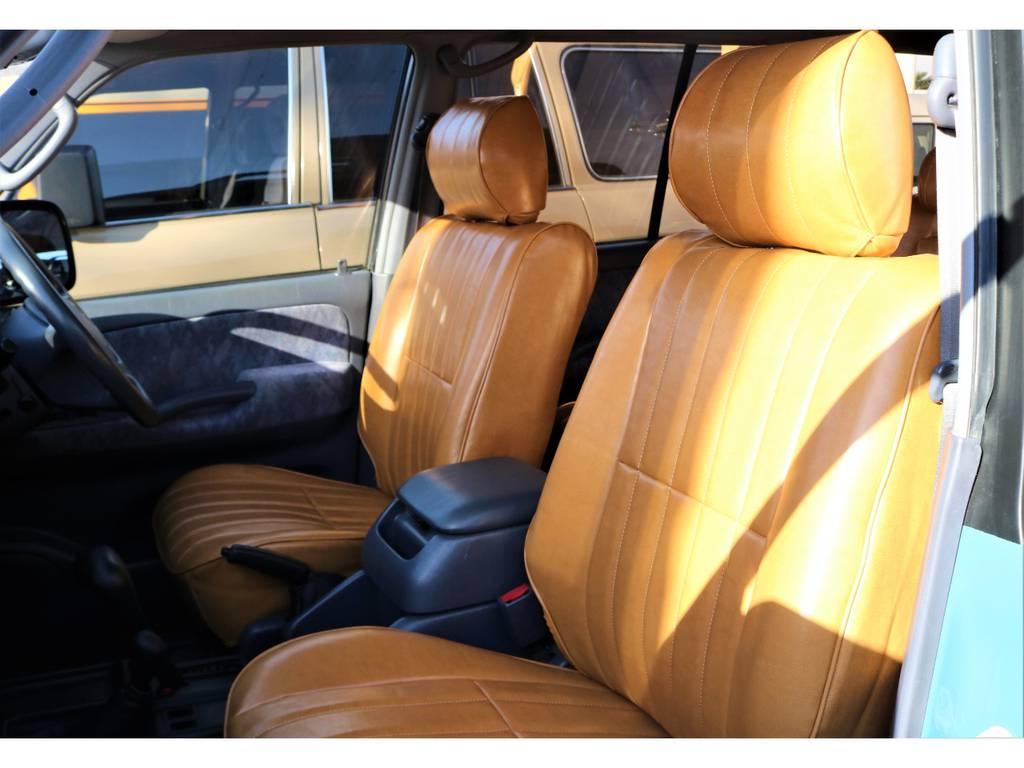 運転席、助手席共にしっかりとしたスペースがあるので足を延ばせたりで快適です♪