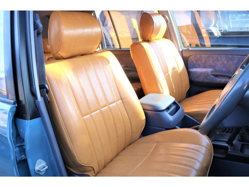 クッション性抜群のオリジナルのキャメルカラーシートカバー付き!その他シートカバーも多数ご用意してます!シートカバー1つでお車の印象がガラッと変わるので、お好みのシートカバーを一緒に探しましょう♪