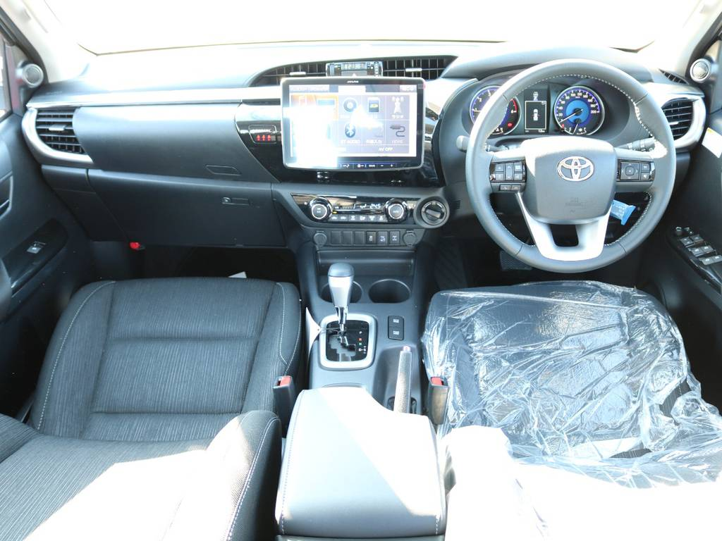 広々したインパネに大きなFガラスで運転視界もグッド! | トヨタ ハイラックス 2.4 Z ディーゼルターボ 4WD Z 新車未登録車 11インチナビ