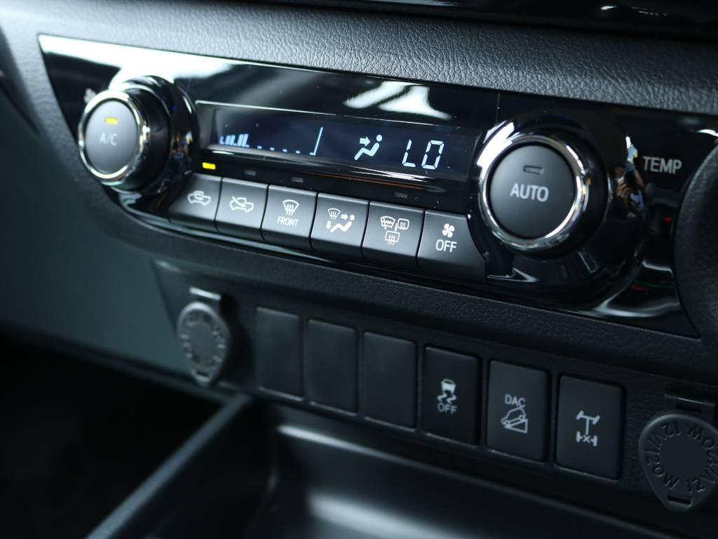 自社認証整備工場完備ですので納車後のカスタム、車検、修理、日々のメンテナンス、など全力でサポートいたします!なんでもお気軽にご相談ください★他店で購入した、お持ち込み車両でも大歓迎ですよ! | トヨタ ハイラックス 2.4 Z ディーゼルターボ 4WD Z 11インチナビ&バックカメラ&ETC