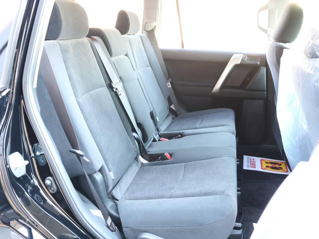 広々したセカンドシート!チャイルドシートもシートベルト固定はもちろんのことISOFIXにも対応! | トヨタ ランドクルーザープラド 2.8 TX ディーゼルターボ 4WD 7人 新車未登録車 9インチナビ