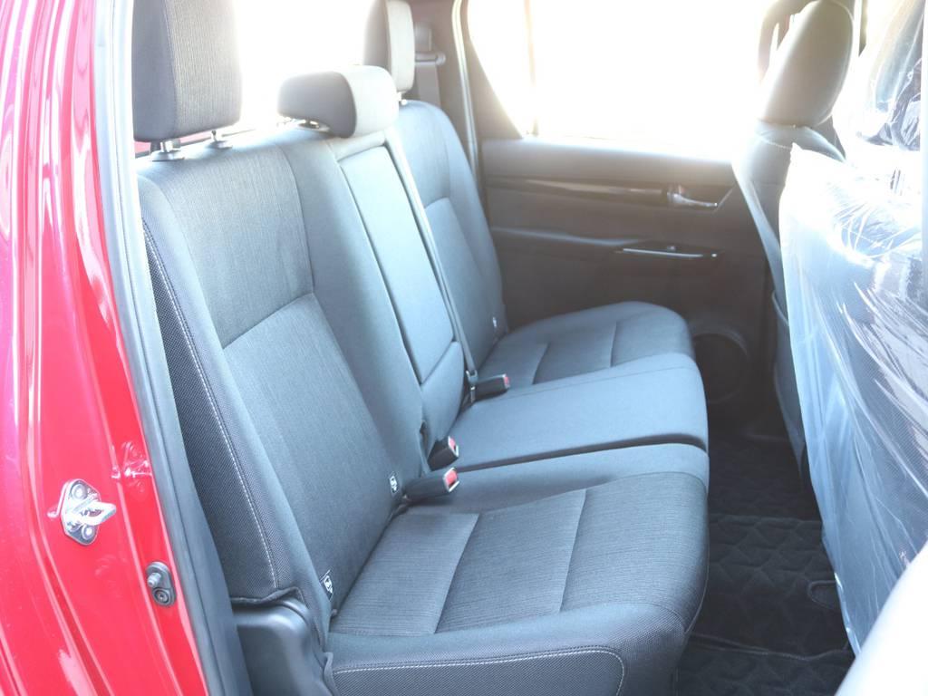 """後席も""""上級""""ファブリックシート!左右分割して座面を持ち上げることが出来るチップアップ機構つきで、多めの手荷物などは車内に置いておくこともできる便利さも併せ持ちます☆   トヨタ ハイラックス 2.4 Z ブラック ラリー エディション ディーゼルターボ 4WD 新車未登録車 11インチナビ"""