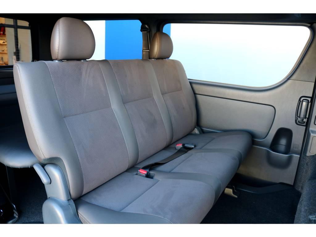 セカンドシートは足元も広々としており、3人掛けでも快適にドライブを行えます!