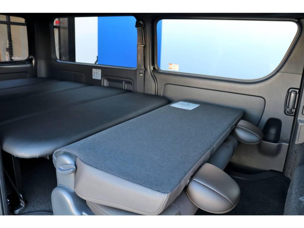 セカンドシートは折り畳むと、ベッドキットと高さが合います。2mを超える広々空間で、快適な車中泊・仮眠を行える空間の出来上がりです♪
