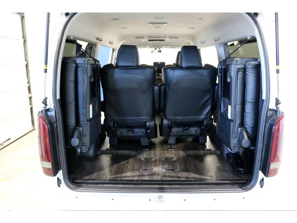 最後列のシートを左右に跳ね上げれば荷物も積めますね!