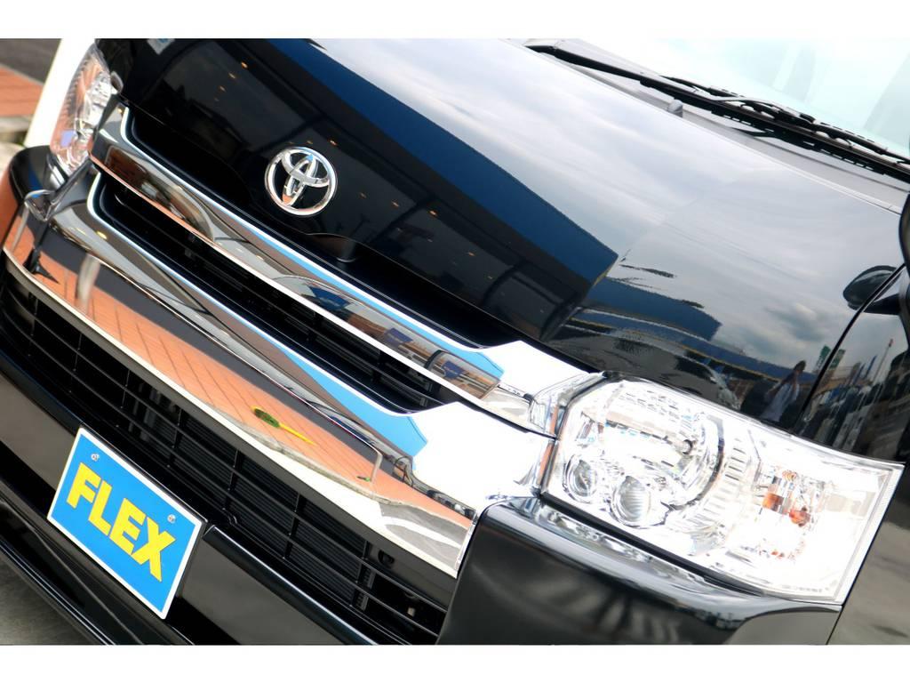 標準装備のLEDヘッドランプは、プロジェクターレンズの効果もあり明るさ抜群です!車体の色に合わせ、インナーブラック施工も人気のカスタムです!