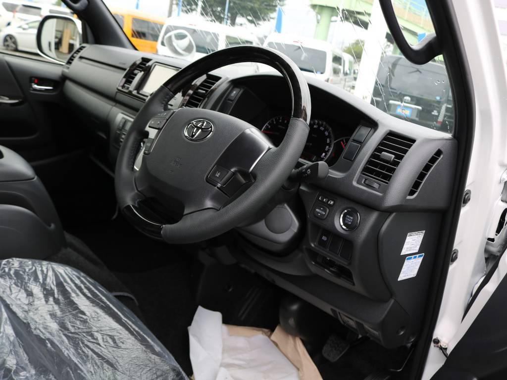 ダークプライムⅡ専用内装のマホガニー調インテリアにトリコット+合成皮革&ダブルステッチシート(ダークグレー)!