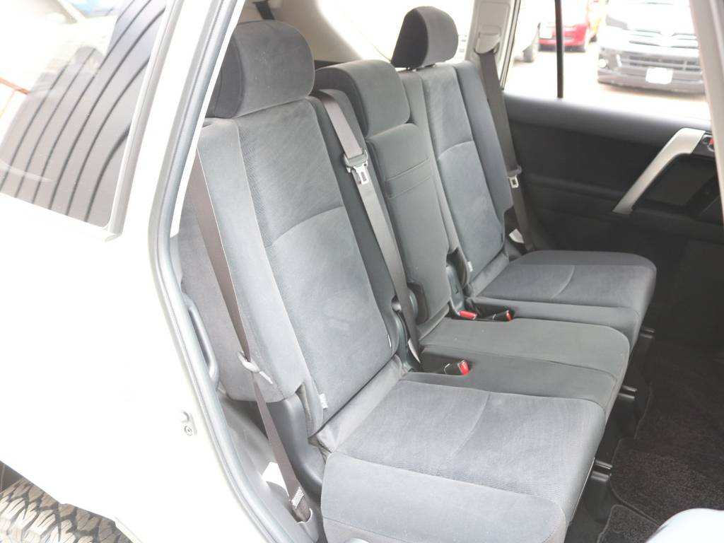 後部座席は広々で大人もくつろげるスペース御座います☆ | トヨタ ランドクルーザープラド 2.8 TX ディーゼルターボ 4WD 7人 新車未登録車 9インチナビ