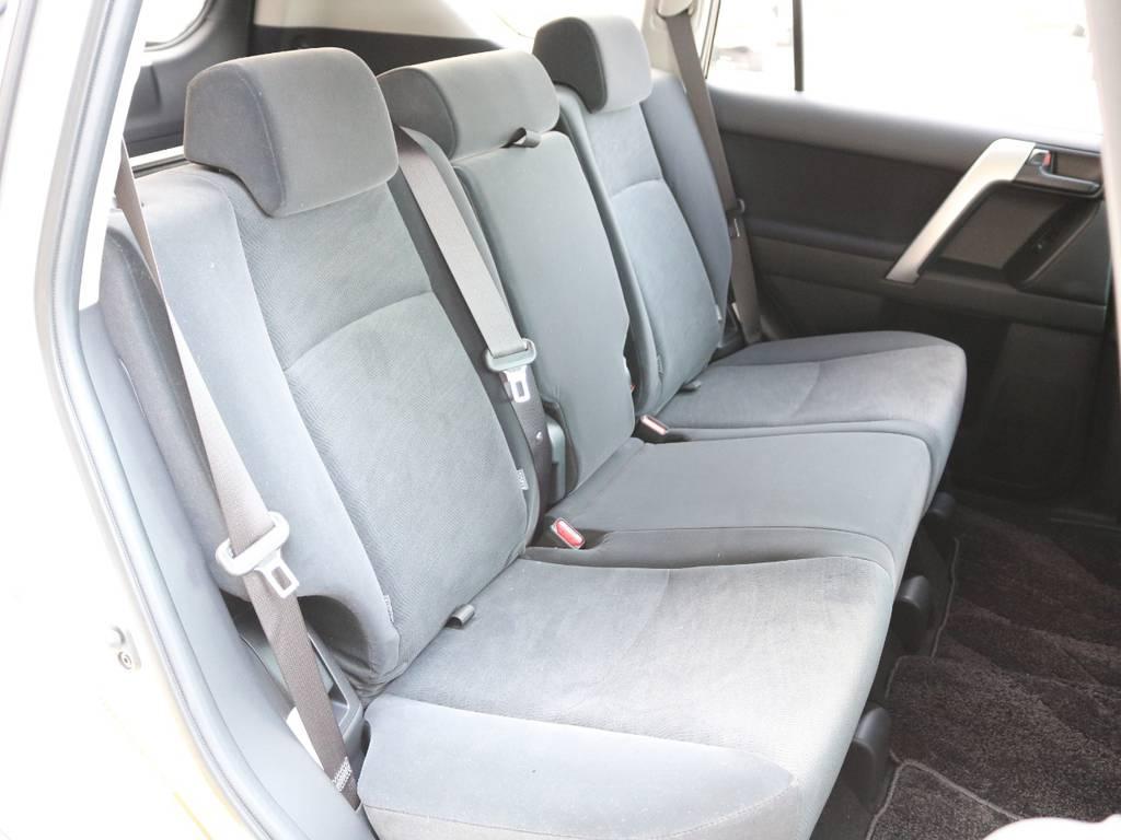 後部座席は広々快適に乗車できます☆