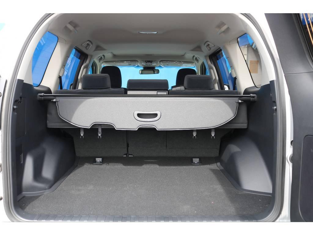 ゴルフバッグ、釣り竿、キャンプ用品など様々なアイテムを多く積載可能なラゲッジルーム★プライバシー保護のトノカバーも付いてますので、お荷物の日よけにもご利用いただけます♪ | トヨタ ランドクルーザープラド 2.8 TX ディーゼルターボ 4WD 5人 17AW&KO2 9ナビBカメ