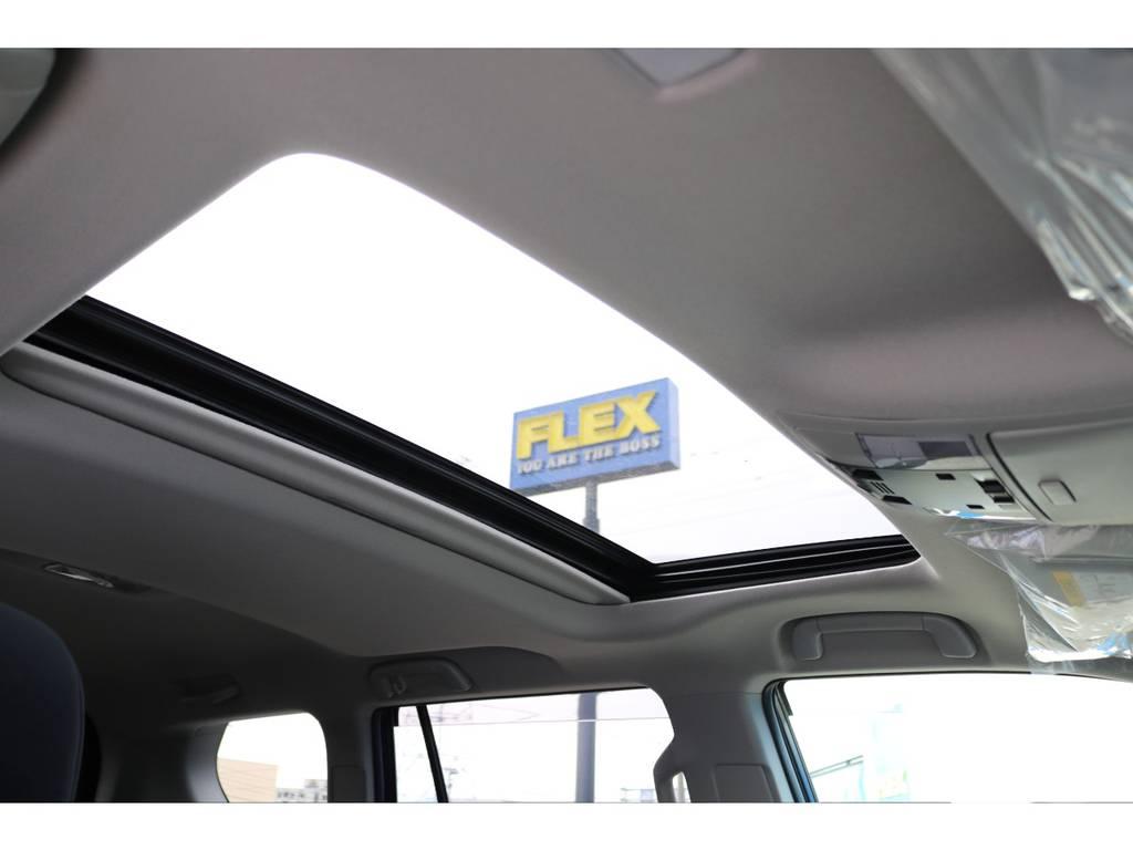 サンルーフも標準装備です!太陽光、新鮮な空気を取り入れ車内はとても快適に!晴れた日のロングドライブには、最高な人気装備です!チルトアップ、スライド開閉と2段階の操作が可能です! | トヨタ ランドクルーザープラド 2.8 TX ディーゼルターボ 4WD 5人 17AW&KO2 9ナビBカメ