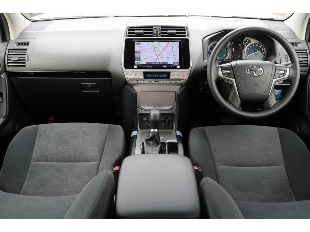 黒×シルバーを基調とした落ち着いたインテリア★9インチの大型ディスプレイナビを投入しました!機能的かつ快適な室内空間となっていますので、きっとドライブが楽しくなりますよ♪ | トヨタ ランドクルーザープラド 2.8 TX ディーゼルターボ 4WD 5人 17AW&KO2 9ナビBカメ