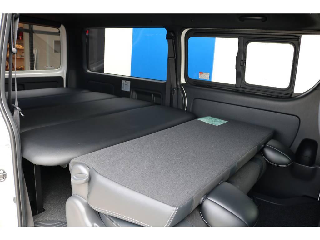 セカンドシートは折りたたむ事で2m超えの寝台へ変形します♪寝袋1つで快適な車中泊が可能です!