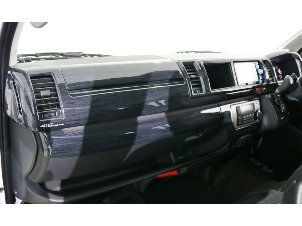 高級感のある黒木目インテリアパネル&コンビステアリング&シフトノブの3点SETも装着! | トヨタ ハイエース 2.7 グランドキャビン 4WD