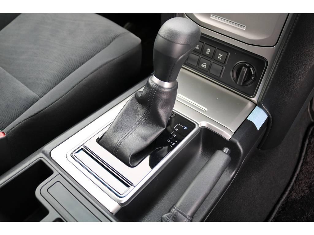 シフトノブ周辺もシルバー調で統一されシャープなデザインです★シフトノブの上部はドリンクホルダーがあり、トランスファーダイヤルの上部には小物入れもございます★ | トヨタ ランドクルーザープラド 2.7 TX 4WD 5人 FLEXエアロキット 20AW