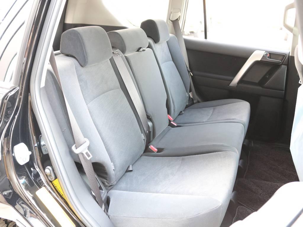 後部座席は広く大人もくつろげるスペースが御座います☆