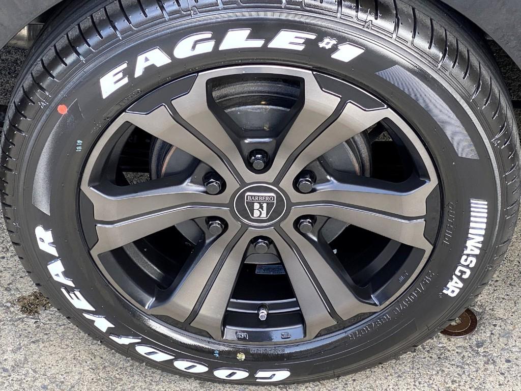 足元にはFLEXオリジナルカラーのアーバングランデ17インチアルミにナスカータイヤをインストール!!