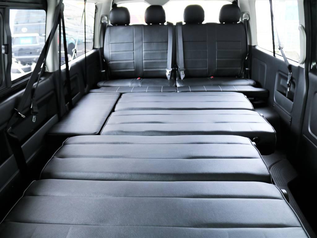 二列目、三列目のシートをフルフラットにするとこんなに広々としたベッドスペースができます!!