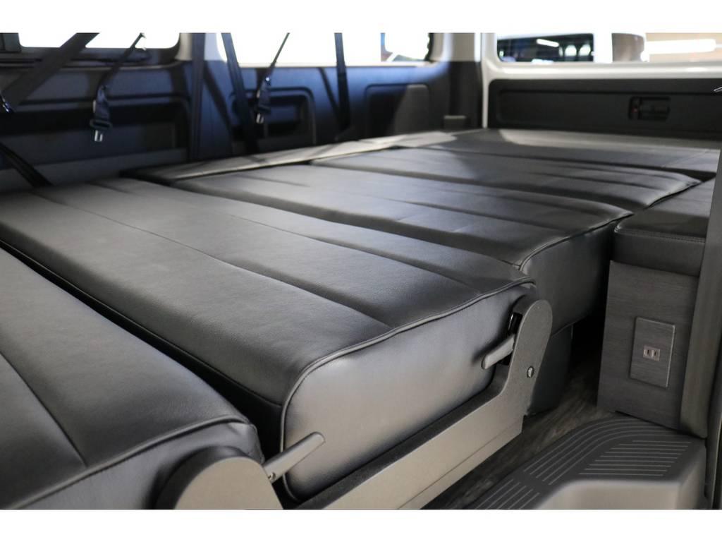 セカンド&サードシートをフラットに変形させて広々としたベッドアレンジに!大人でも足を伸ばして寝れます!