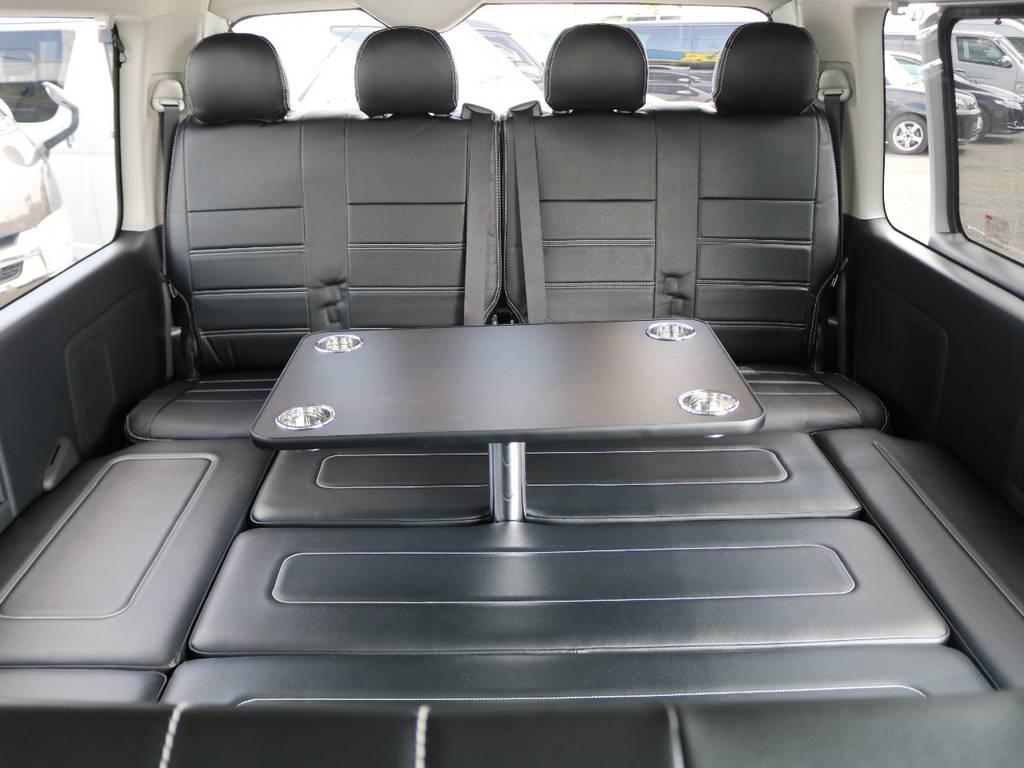 セカンドシート後席はベットとしても大活躍! 専用テーブルは脱着可能です!