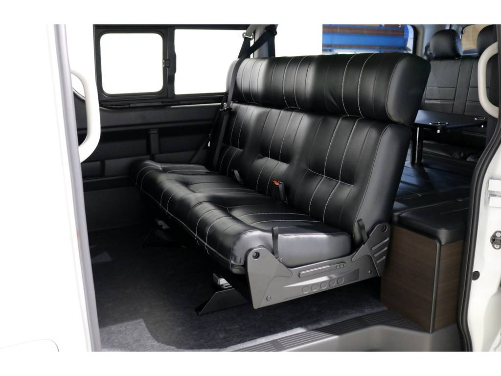 使い勝手が抜群のオリジナル内装架装「アレンジAS」!セカンドシートは立体成型3人掛けシートに変更!ゆったりとくつろげる空間に!