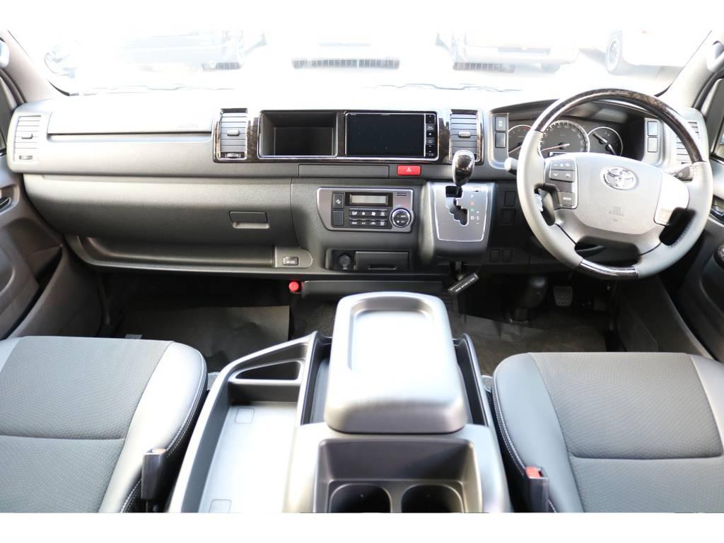 茶木目のインテリアパネルと専用ハーフレザーシートが採用され、高級感の漂う車内空間です!