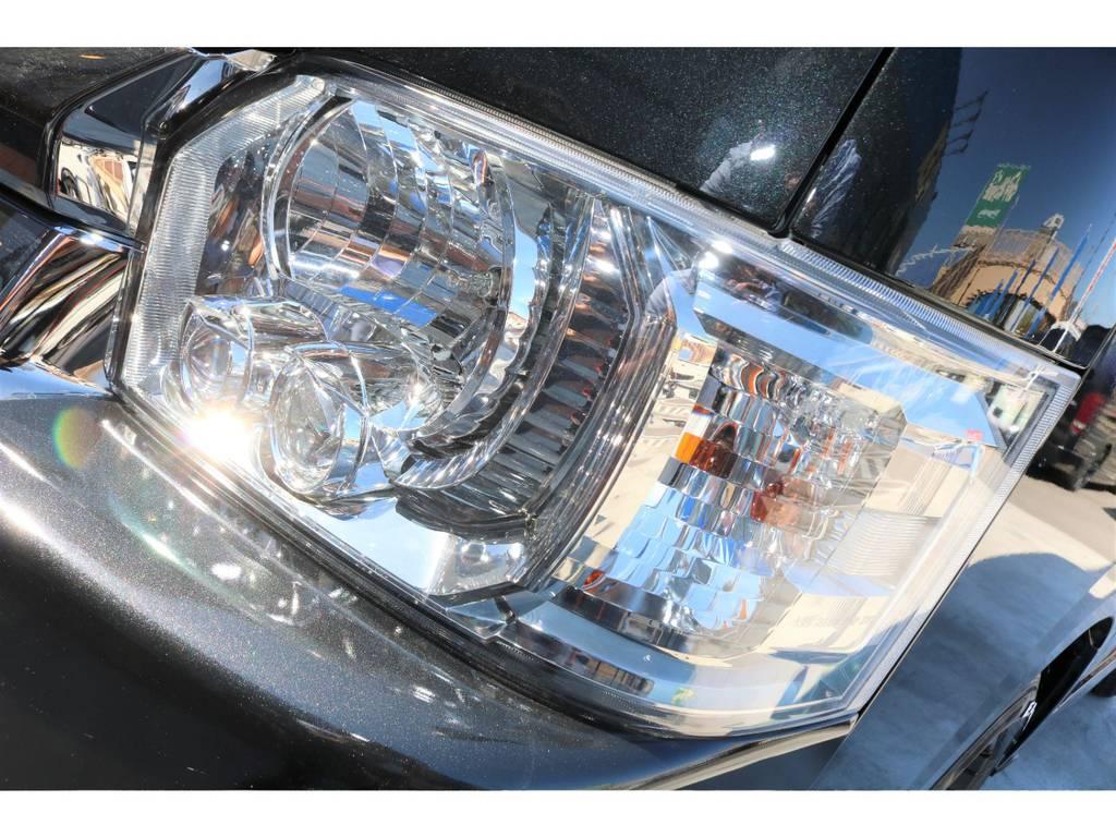 LEDヘッドライトはプロジェクター式が採用されており、夜間走行も明るく照らしてくれます!インナーブラック施工も人気の施工です♪