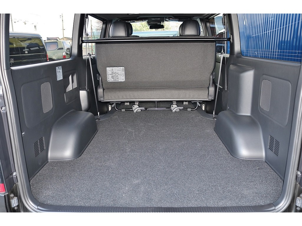 広大な荷室スペース!ベッドキット・床張り施工など追加カスタムもご相談ください!