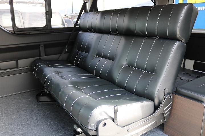 セカンドシートは3人掛け!ユトリを持ってお座りいただける仕様になっております!