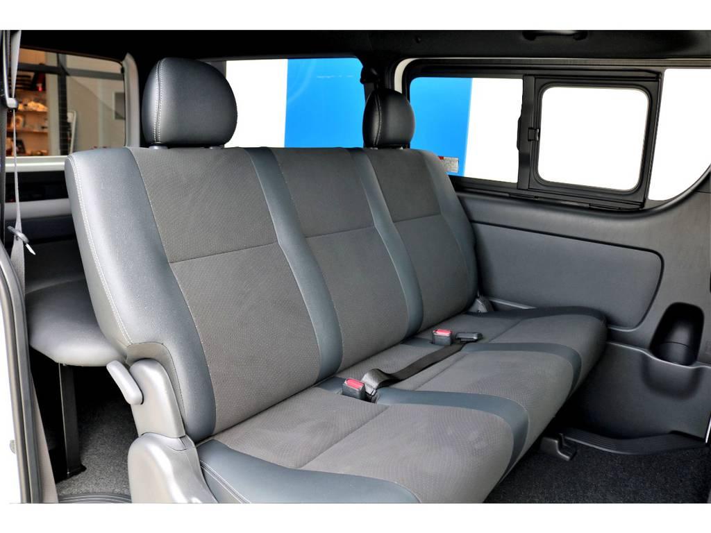 広々としたセカンドシート!もちろんシートベルトが付いております!真ん中のかたは2点式になります。
