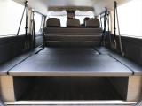 3列目2脚シートを展開してバンのように荷物を積んだり就寝スペースとして使用可能!