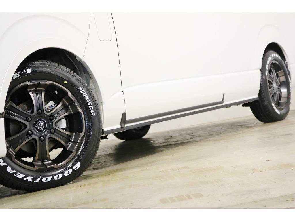 足元には、バルベロW-D(ワイルドディープス)17インチアルミホイールにグッドイヤーナスカータイヤを装着!車検対応のオリジナルオーバーフェンダー!