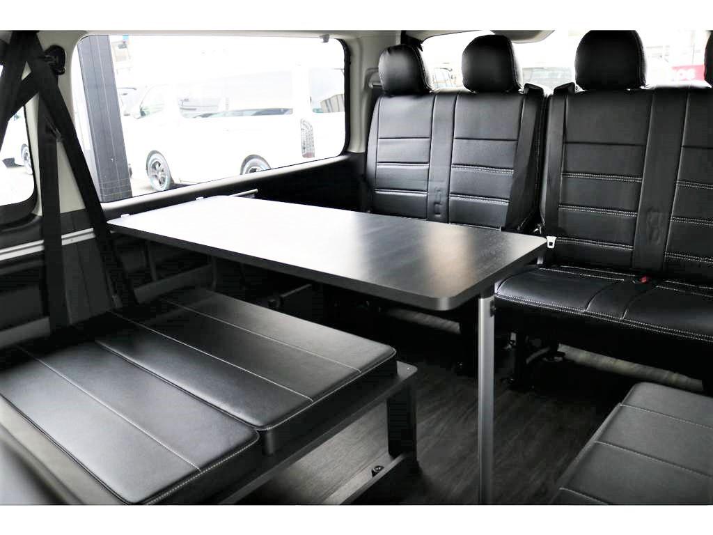車内でワイワイ楽しみながら食事も楽しめるテーブル付!
