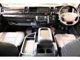 インテリアパネルやシートカバーで高級感ある運転席周りです!!