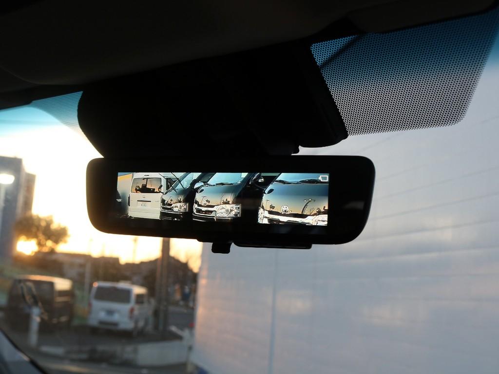車両後方カメラの映像をバックミラーに表示できるデジタルインナーミラー!大荷物や大人数でのご乗車でも安心です♪