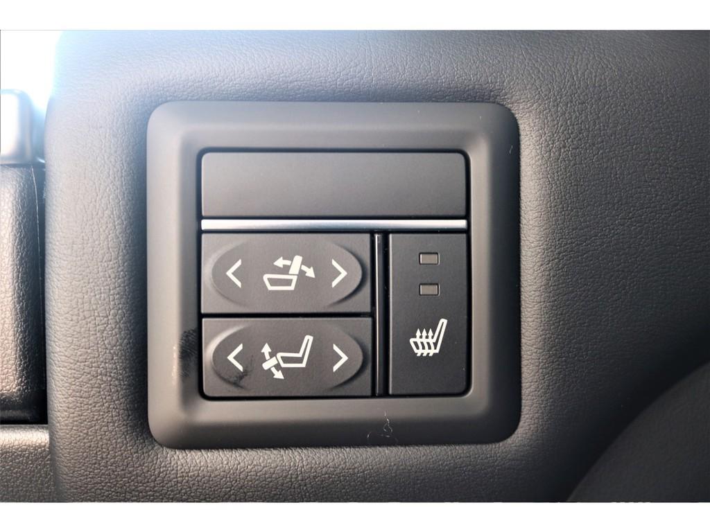 エグゼクティブパワーシートには電動機能付きに加えシートヒーターが標準装備!